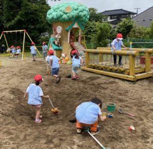 園庭で遊ぶの楽しいな!